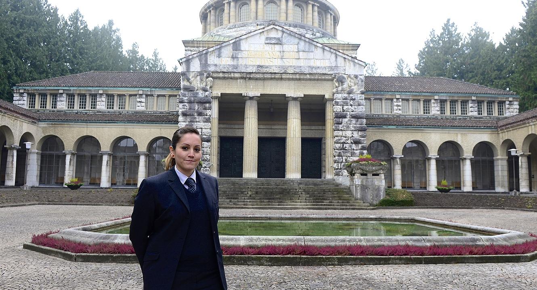 Bestatterin Jennifer Diener vor dem alten Krematorium im Friedhof Sihlfeld