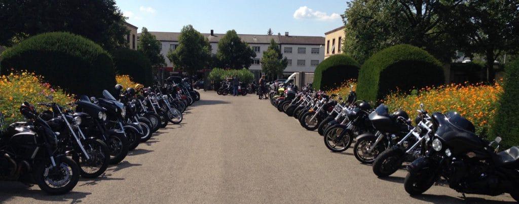 Sie reisten mit ihren Bikes auf den Hörnli-Friedhof in Riehen: Gut 250 Kameraden erwiesen ihrem verstorbenen Kollegen die letzte Ehre. (Bild: zvg)
