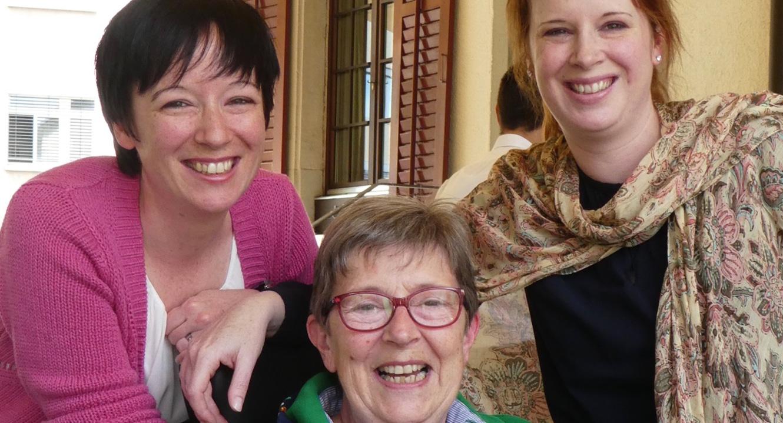 Geniessen die Zeit zusammen: ALS-Patientin Dorette Lüdi mit ihren Töchtern Stefanie (links) und Katharina.