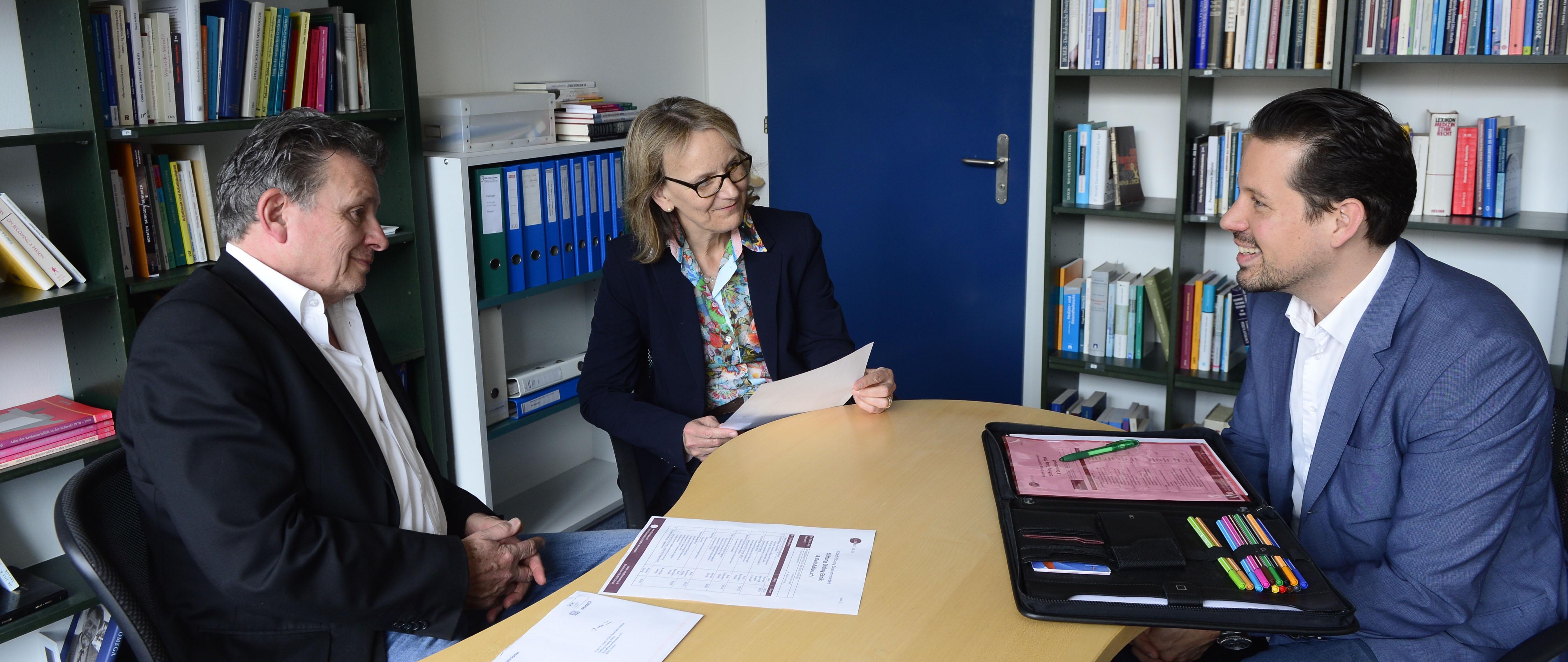 Interview im Büro von Dialog Ethik in Zürich. Nicolas Gehrig, CEO DeinAdieu und Martin Schuppli, Autor, unterhalten sich mit Ruth Baumann Hölzle, Theologin und Leiterin von Dialog Ethik.