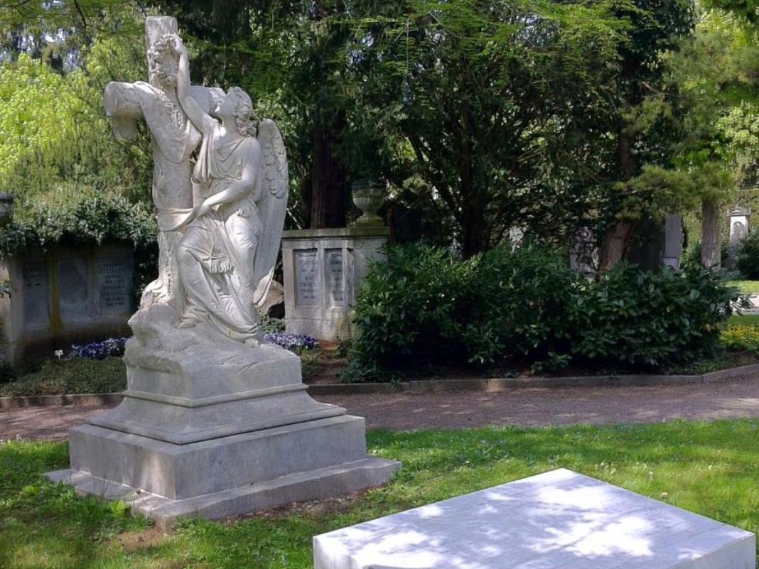 Lebensgrosser Engel auf dem Zürcher Friedhof Sihlfeld.