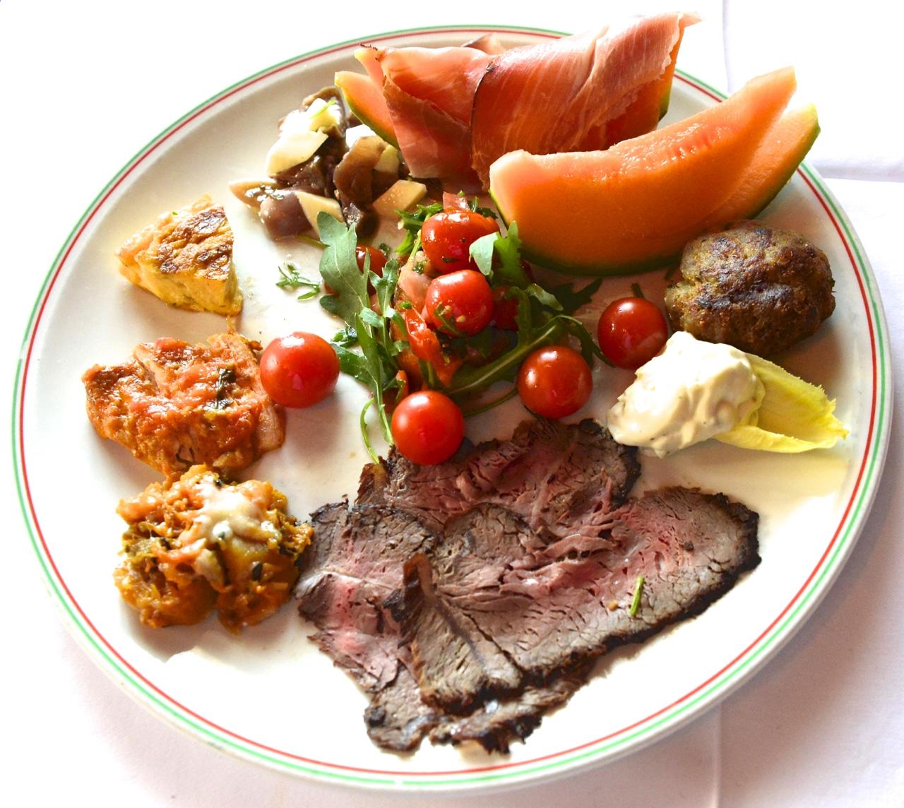 Das enthält der Birchegg-Leidmahlteller für CHF 30: U.a. ein Hacktätschli, Frittata, Melonen, Rohschinken, Tomatensalat, Roastbeef sowie ein Dessert. (Foto: Bruno Torricelli)