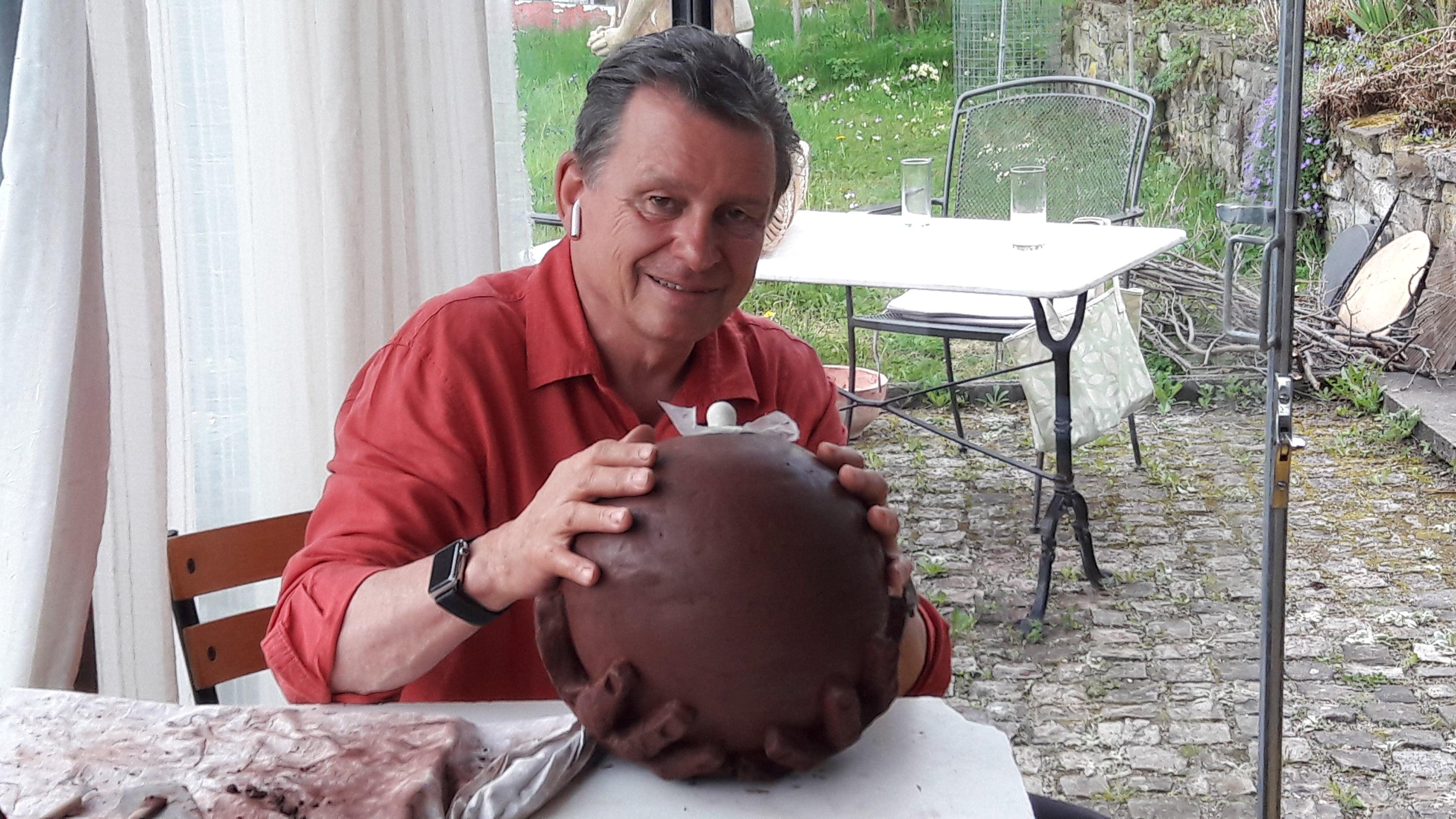 DeinAdieu-Autor Martin Schuppli mit roher Urne