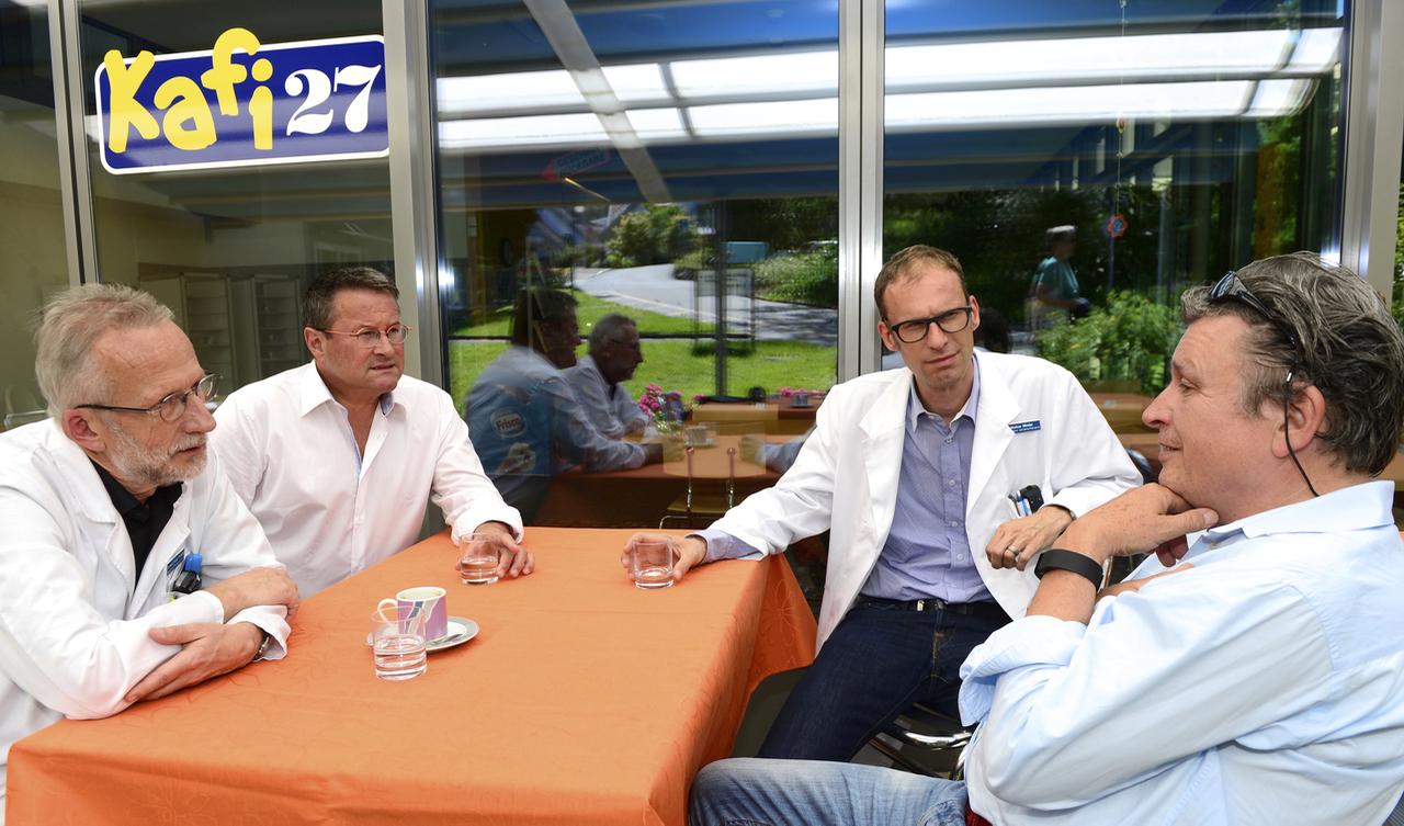 Unterhalten sich über Altersmedizin: Dr. Roland Kunz, Dr. Daniel Zimmermann, Dr. Markus Minder und Dein Adieu-Autor Martin Schuppli (v.l.n.r.).