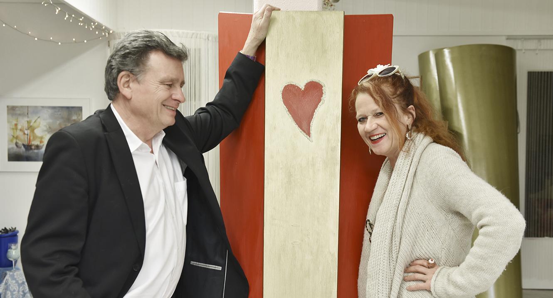 Alice Hofer und DeinAdieu-Autor Martin Schuppli mit dem Therapie Sarg