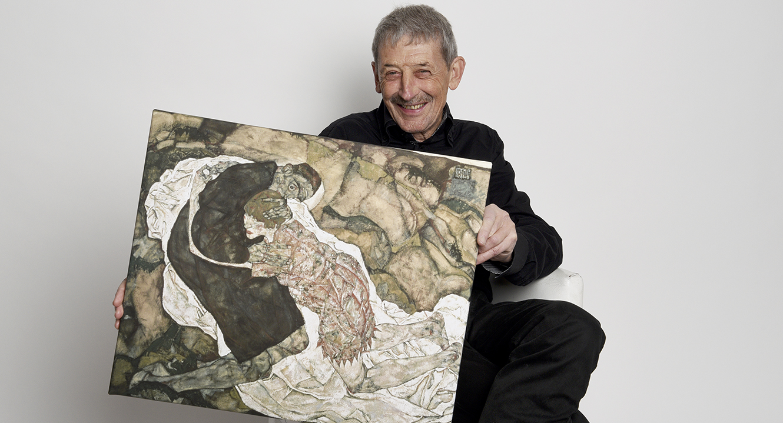 Thema Totentanz: Alois Birbaumer mit dem Bild «Tod und Mädchen» von Egon Schiele.