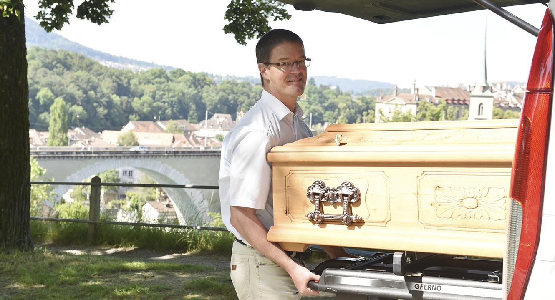 Bestatter Gyan Härri, Bestatter aus dem Kanton Bern und stv. Geschäftsführer des Bestattungsunternehmen aurora