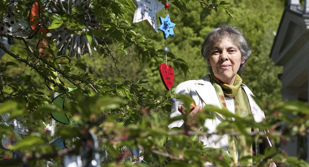 Spitalseelsorgerin Brigitte Amrein auf dem Kinderfeld im Luzerner Friedhof Friedental.
