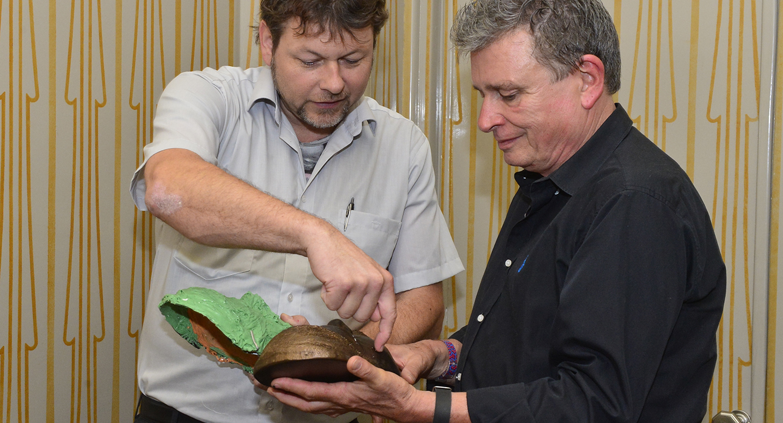 Chrstoph Stüssi und Martin Schuppli mit Totenmaske
