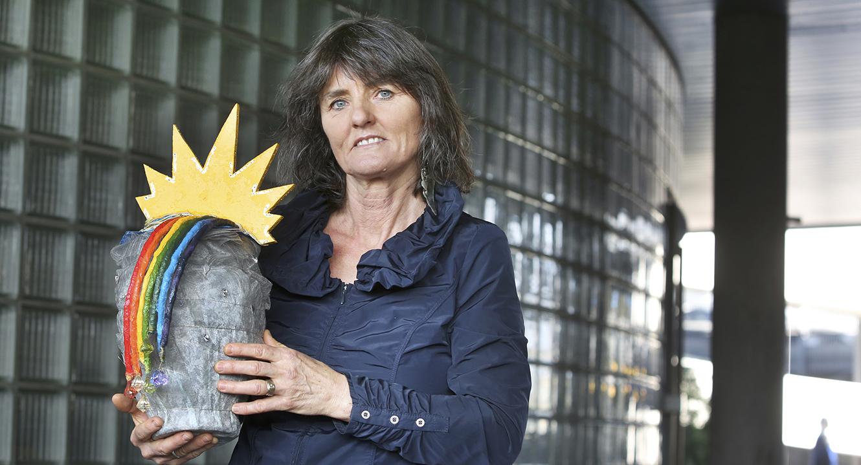Claire Eckert mit ihrer Regenbogen Urne.