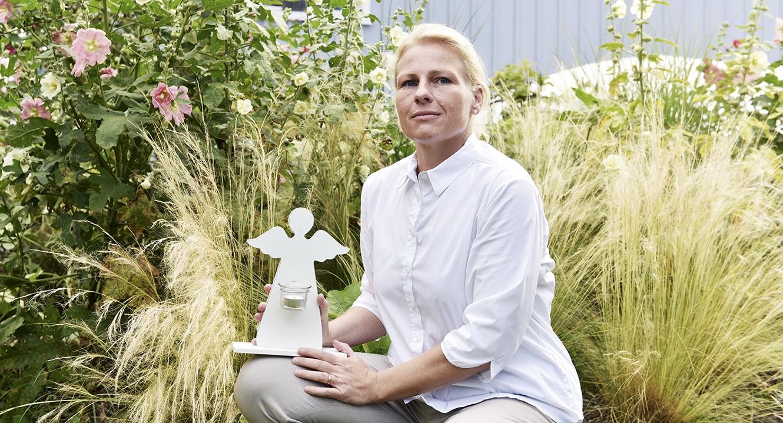 Eva Finkam, Sternkinder-Bestatterin.