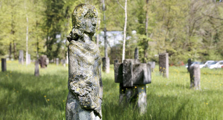 Verwitterte Skulptur auf dem Friedhof Friedental in Luzern.