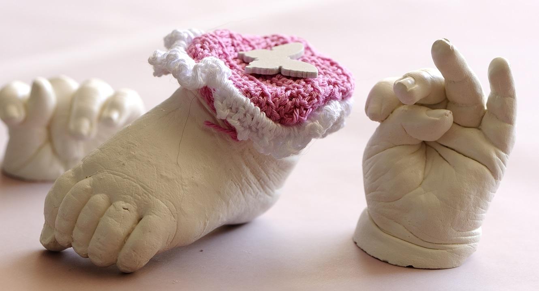 Jasmin Bandelli schafft es, jede Hautfalte, jede Unebenheit eines Händchens, eines Füsschen heraus zu modellieren.