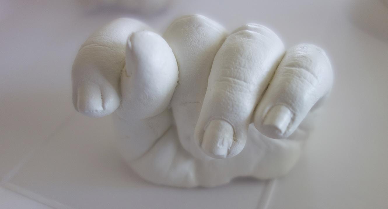 Berührend. Die kleine Hand eines frühverstorbenen Kindes.