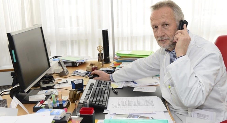 Dr. Roland Kunz an seinem Pult im Büro