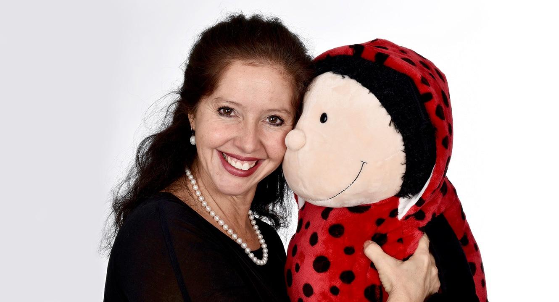 Sabine Shah mit dem Maskottchen ihrer Jasmina Soraya Fondation