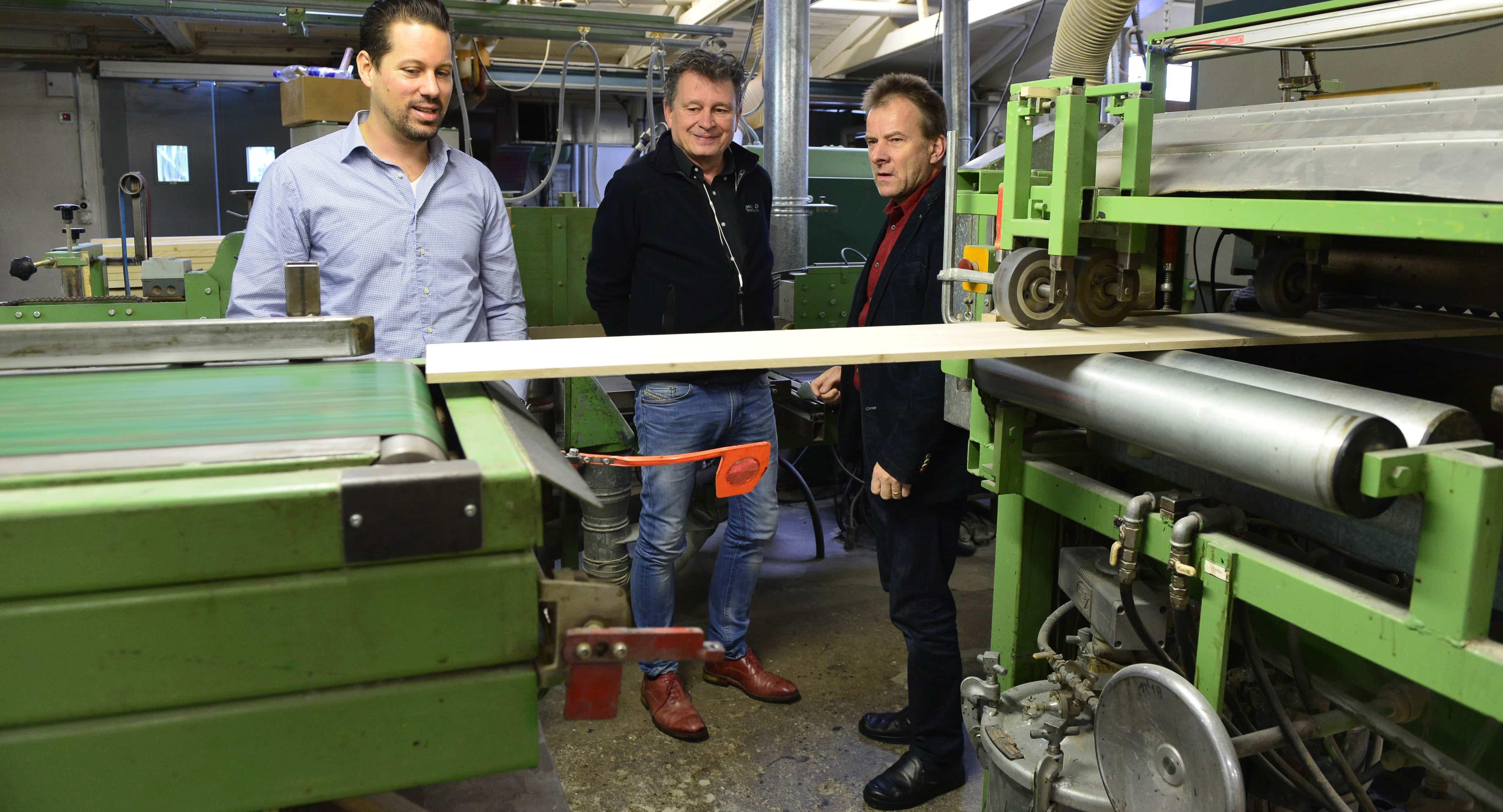 Nicolas Gehrig (l.) und Martin Schuppli zusammen mit Sargfabrikant und Bestatter Urs Gerber (r.)