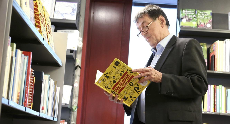 Bücher ziehen ihn magisch an. Trauerredner Jörg Bertsch studiert ein Philosophiebuch.