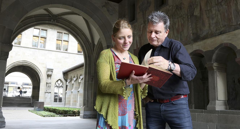 Vera Briner zeigt DeinAdieu-Autor Martin Schuppli ein wunderschönes Notenbuch.