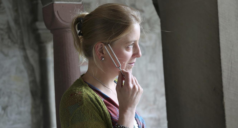 Vera Briner horcht an einer Stimmgabel.