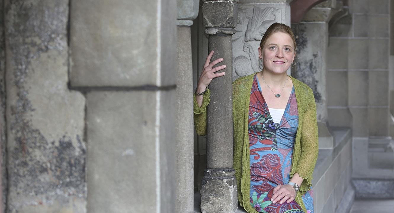 Vera Briner im Kreuzgang der Zürcher Fraumünsterkirche.