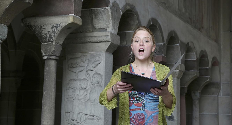 Vera Briner verzaubert mit glockenheller Stimme die geschäftige Stimmung rund um den Kreuzgang der Fraumünsterkirche in Zürich.