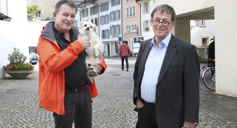 Trafen sich in Aarau zum Schwatz und für einen Fototermin: Trauerredner Jörg Bertsch (r.) und DeinAdieu-Autor Martin Schuppli.