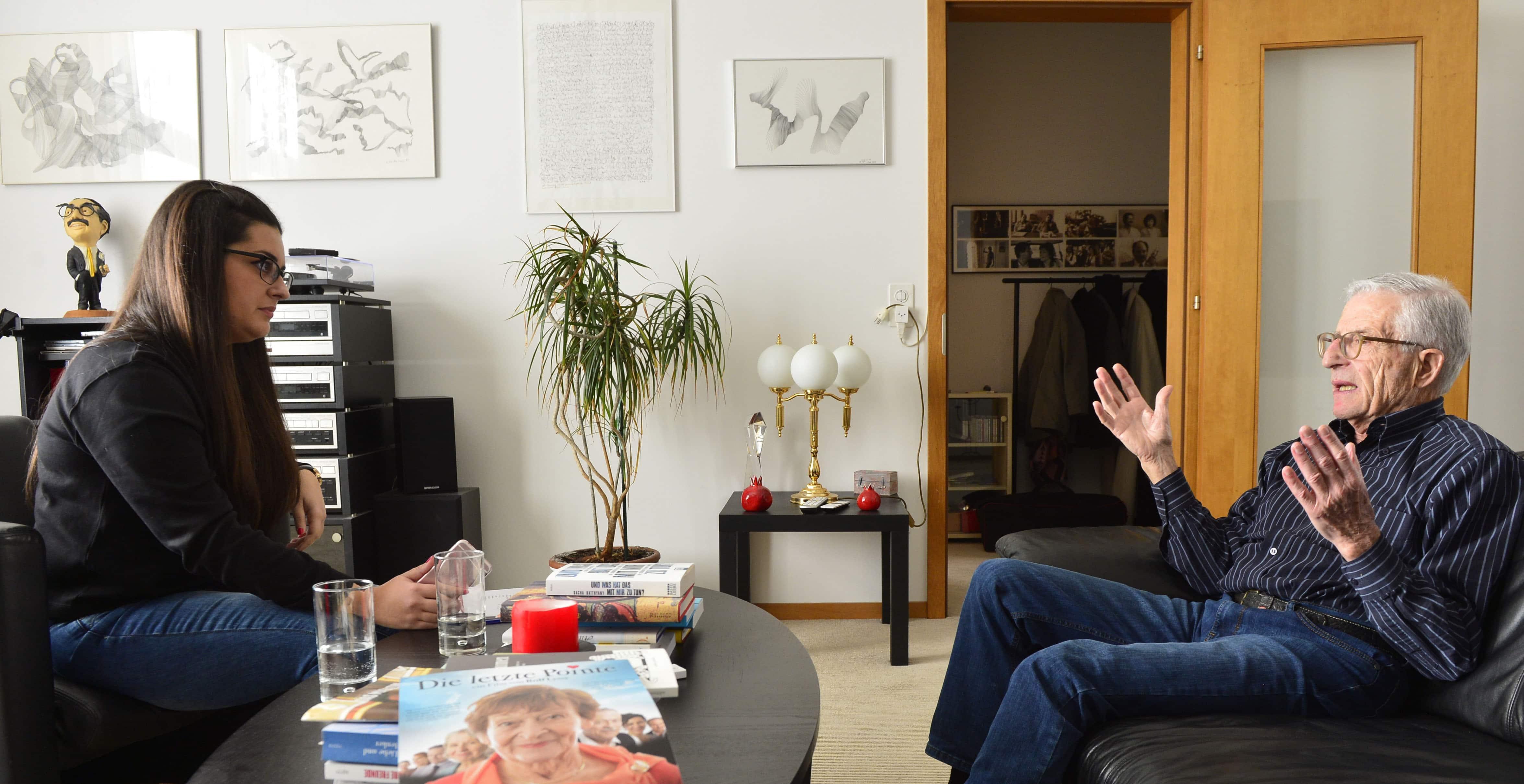 DeinAdieu-Mitarbeiterin Nuria Peón und Filmregisseur Rolf Lyssy