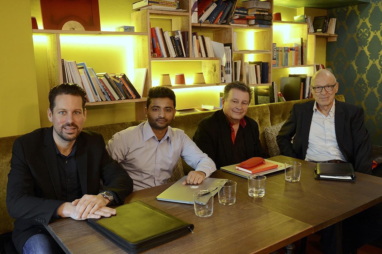 Arbeitsplatz in der «guten Stube» des Café Auer in Zürich. Von links: Nicolas Gehrig, CEO, Hasan Parag, Technik, Martin Schuppli, Autor und Jürg Wachter, Events. (Foto: Paolo Foschini)