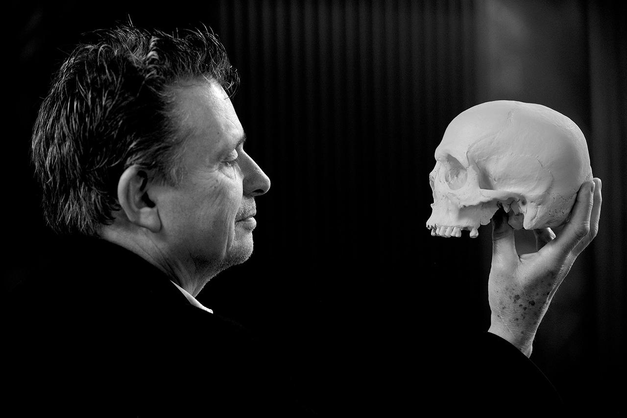 Tod. DeinAdieu-Autor Martin Schuppli mit Schädel