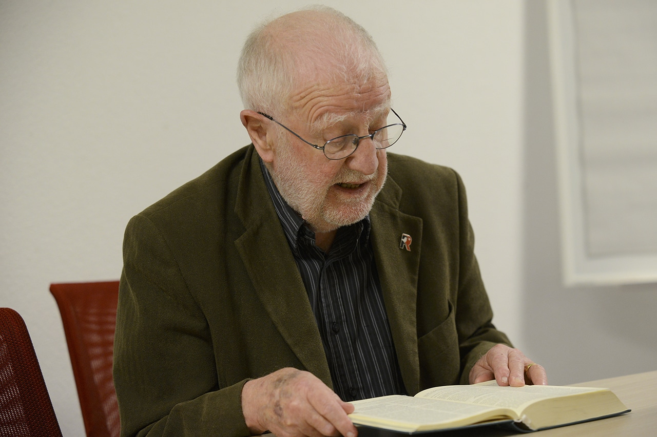 Hans Ulrich Jäger schlägt die Bibel auf