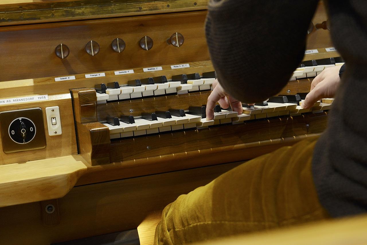 Alexander Seidel. Hände auf Orgeltasten