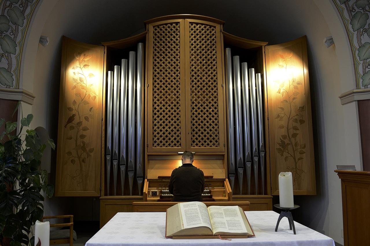 Alexander Seidel spielt die Orgel der Kirche Wollerau SZ