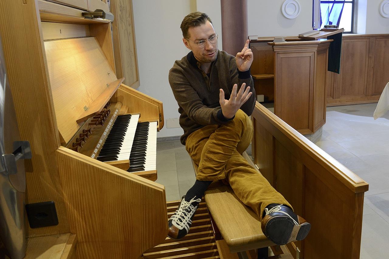 Alexander Seidel sitzt auf Orgelbank.