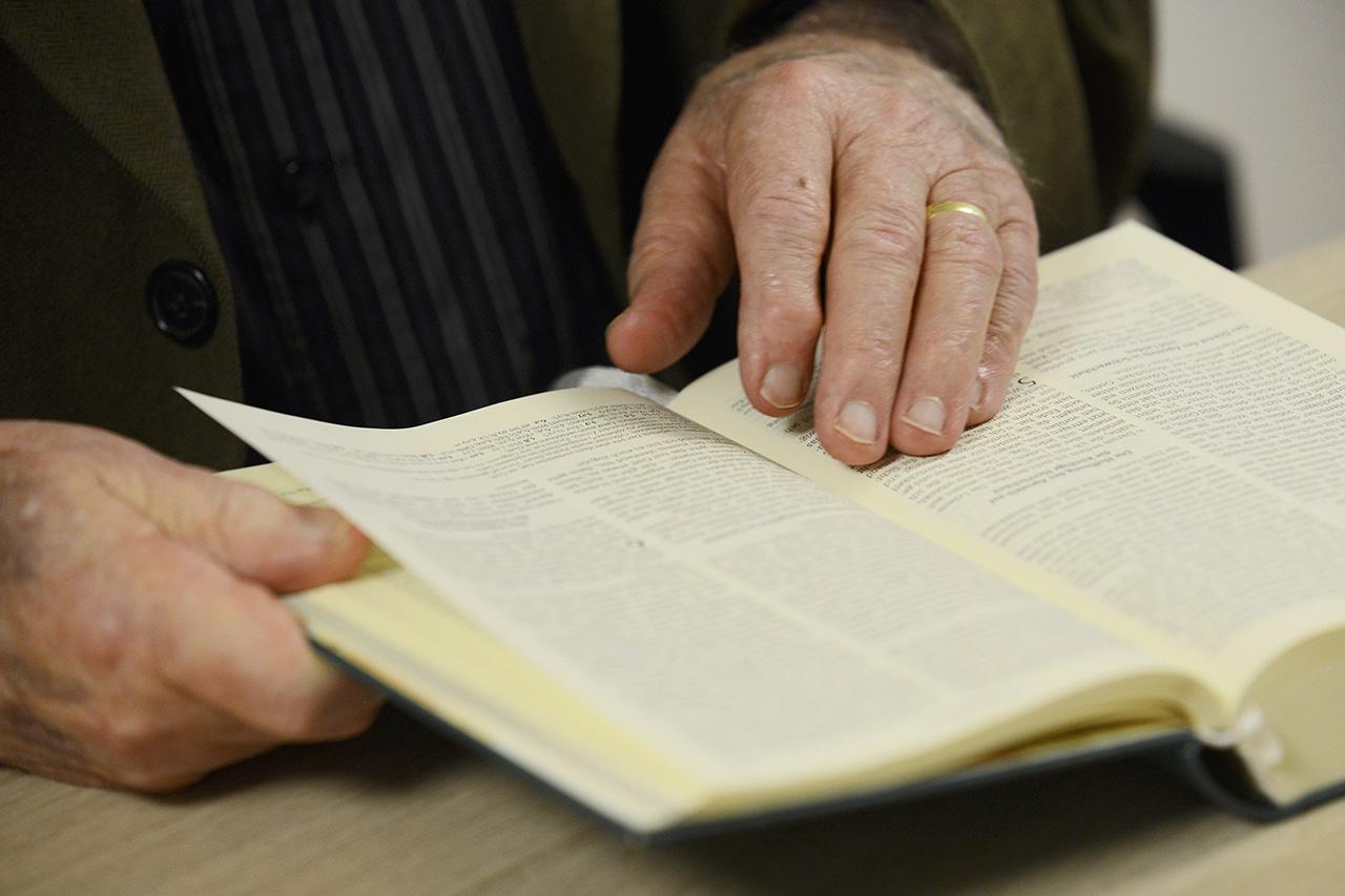 Hans Ulrich Jäger liest in der Bibel