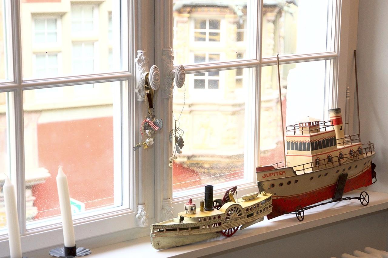 Spielzeugschiffe auf der Fensterbank. Die zweistöckige Wohnung von Philipp Flury
