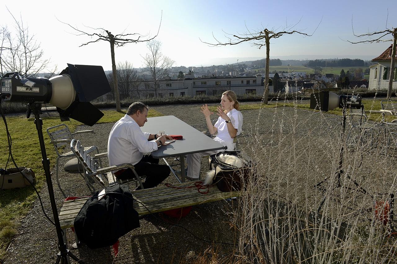 DeinAdieu-Autor Martin Schuppli und Dr. med. Sandra Curschellas genossen das Gespräch im Garten der Villa Sonnenberg.