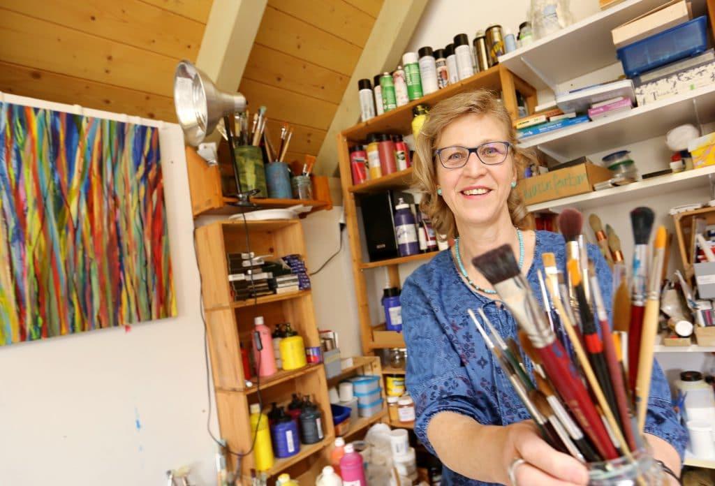 Maltherapie: Eine farbenfrohe Welt. Brigitta Pfister in ihrem Atelier. (Foto: Peter Lauth)