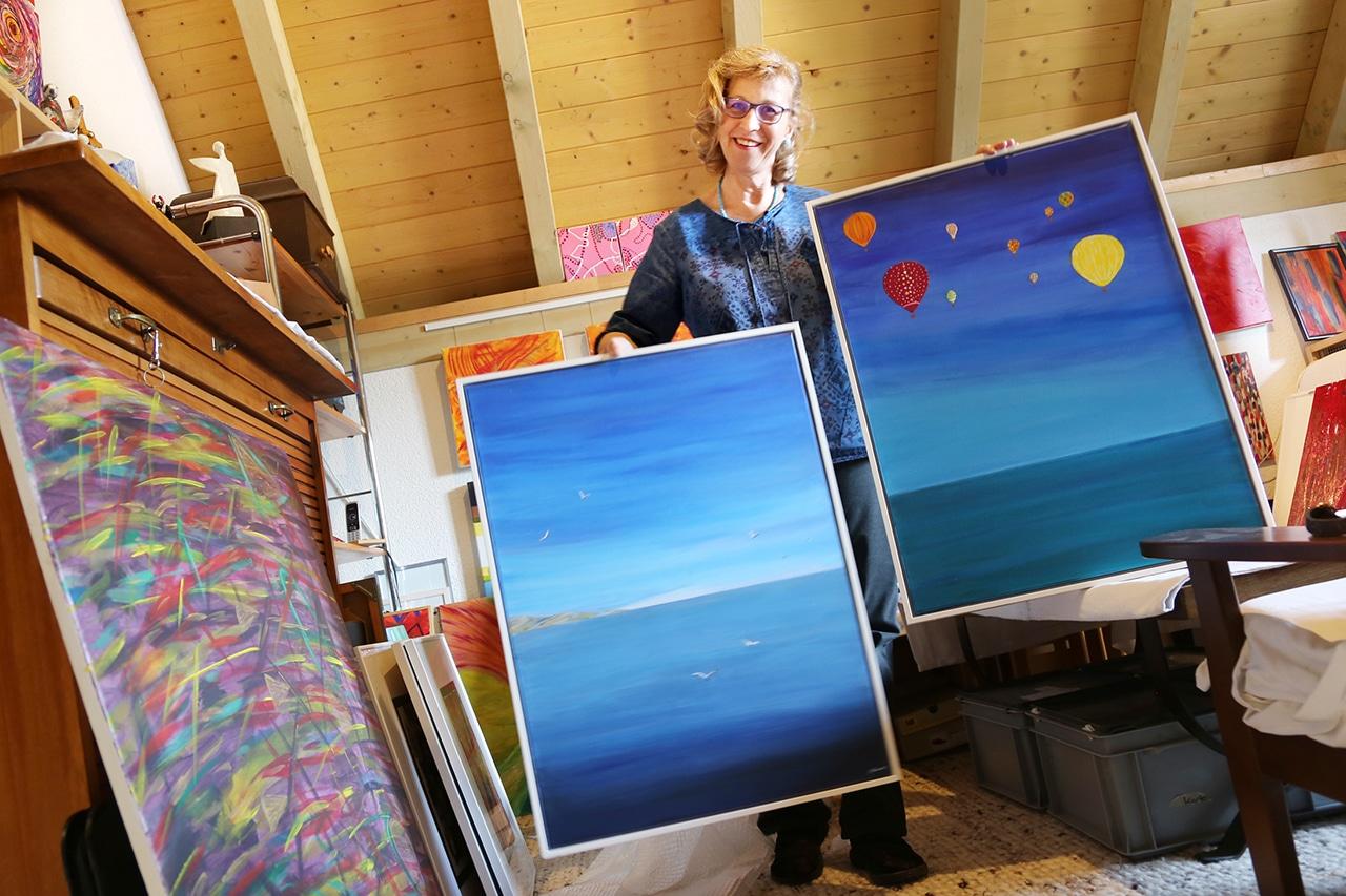 Luftiges Blau. Diese beiden Bilder gehören zu ihren Lieblingen. «Wollte sie jemand kaufen, könnte ich mich schon trennen», sagt Brigitta Pfister. (Foto: Peter Lauth)