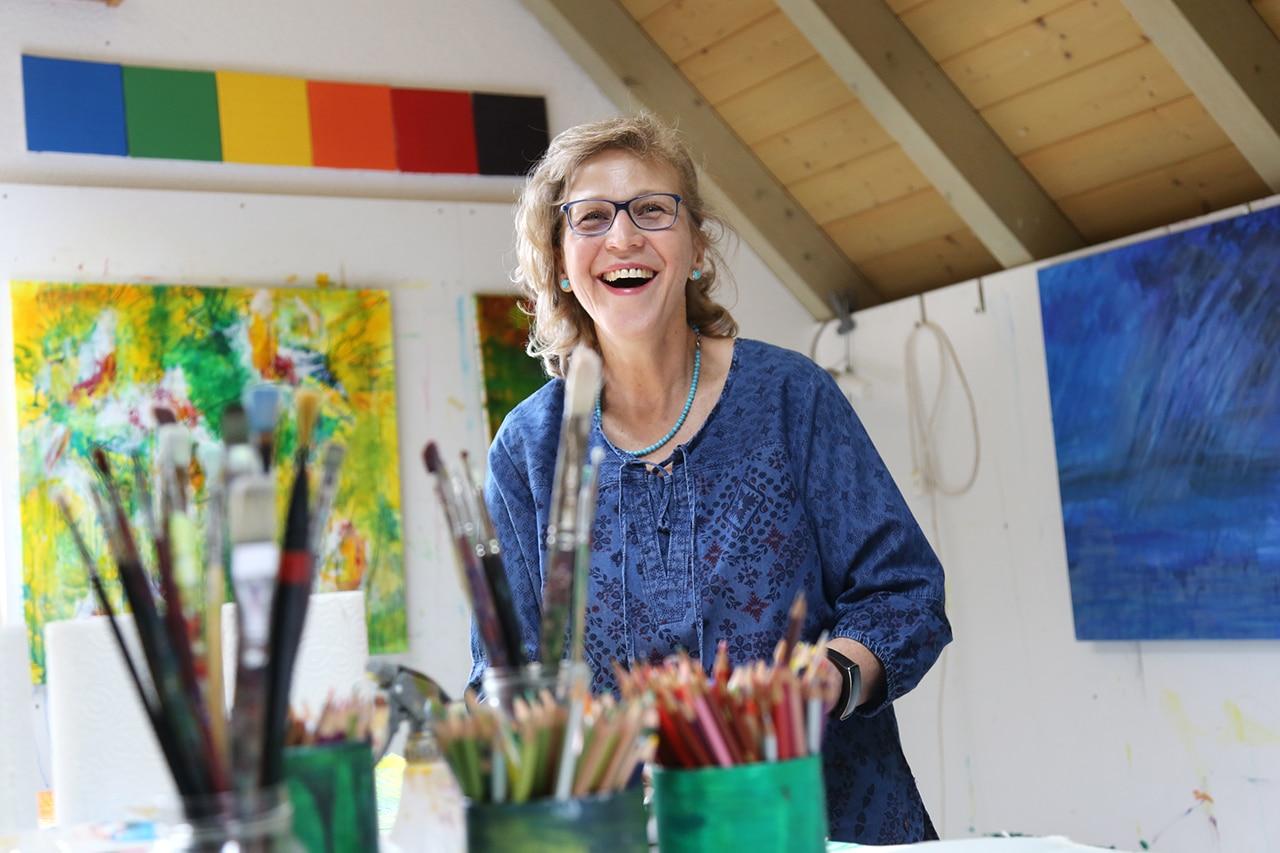 Maltherapie: Farben stimmen fröhlich. Brigitta Pfister steckt einen an mit ihrem herzlichen Lachen. (Foto: Peter Lauth)