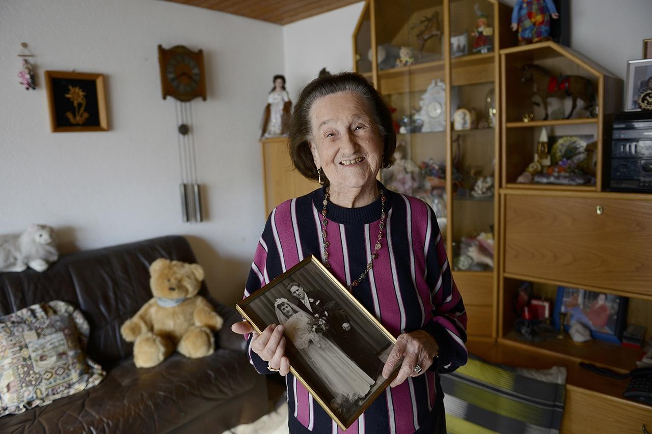 Hundertjährige Anna Ebnöther mit Hochzeitsbild