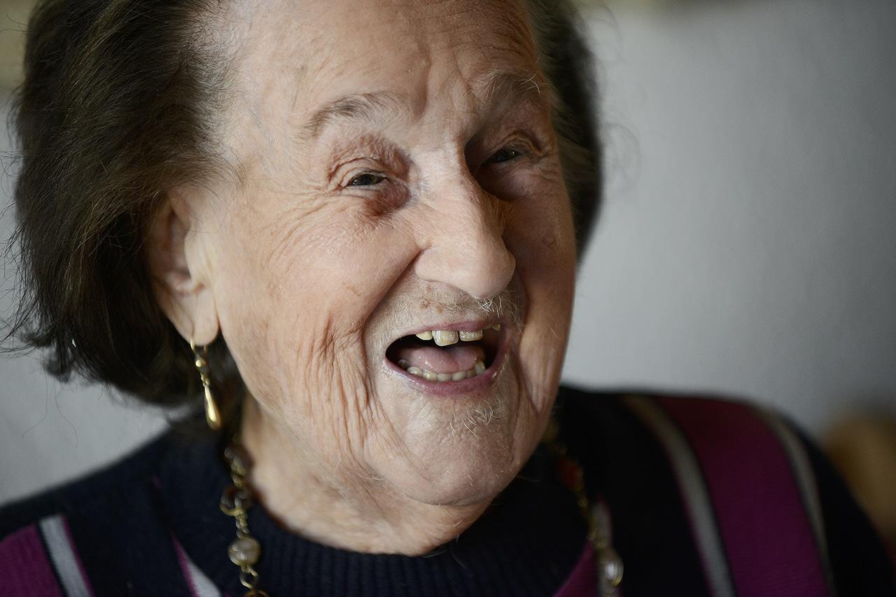 Hundertjährige Anna Ebnöther trinkt Aloe Vera Zaubertrank