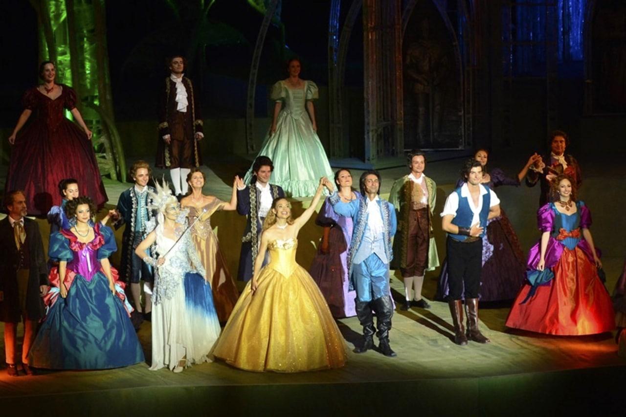 Schlussapplaus für Eveline Suter als «Bella» und Ensemble auf der Walenseebühne.
