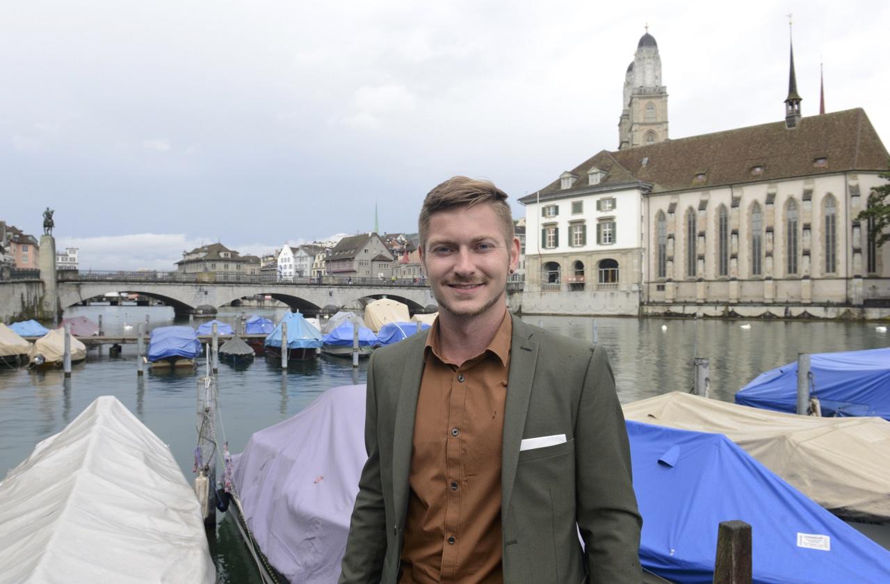 Bestattungsplaner Yannick Landolt vor dem Grossmünster