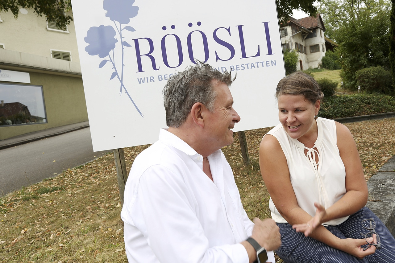 Bestatterin Kathrin Röösli mit DeinAdieu-Autor Martin Schuppli