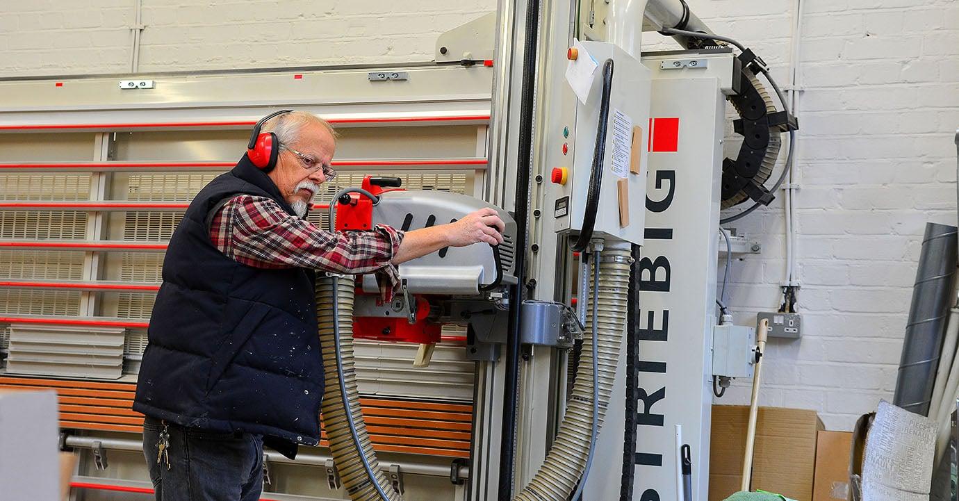 Nierenpatient Herber Müller in seinem Workshop
