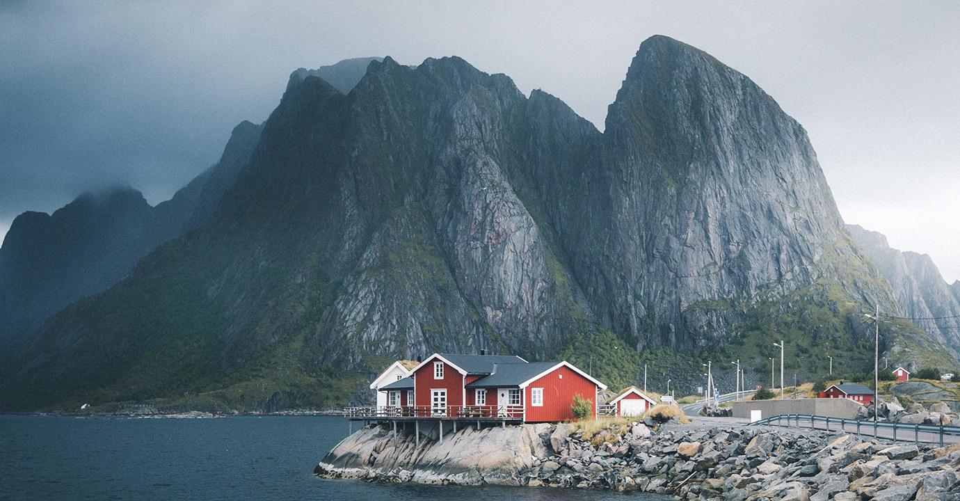 Häusergruppe auf den Lofoten. (Foto: ©Valentin Manhart, TwinTheWorld.ch)