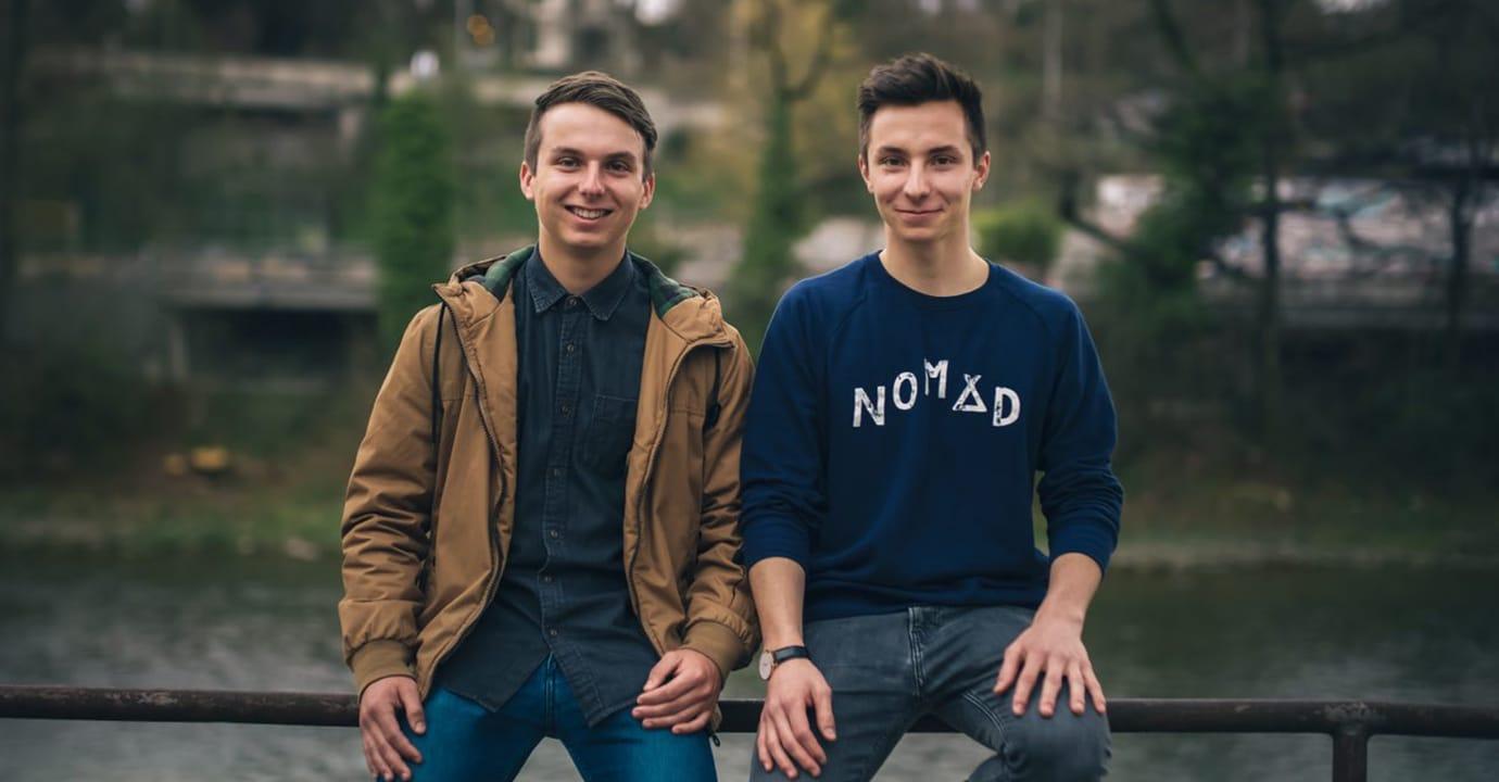 Valentin Manhart, 21, mit seinem Cousin Roman Flepp, 22. (Foto: ©Valentin Manhart, TwinTheWorld.ch)