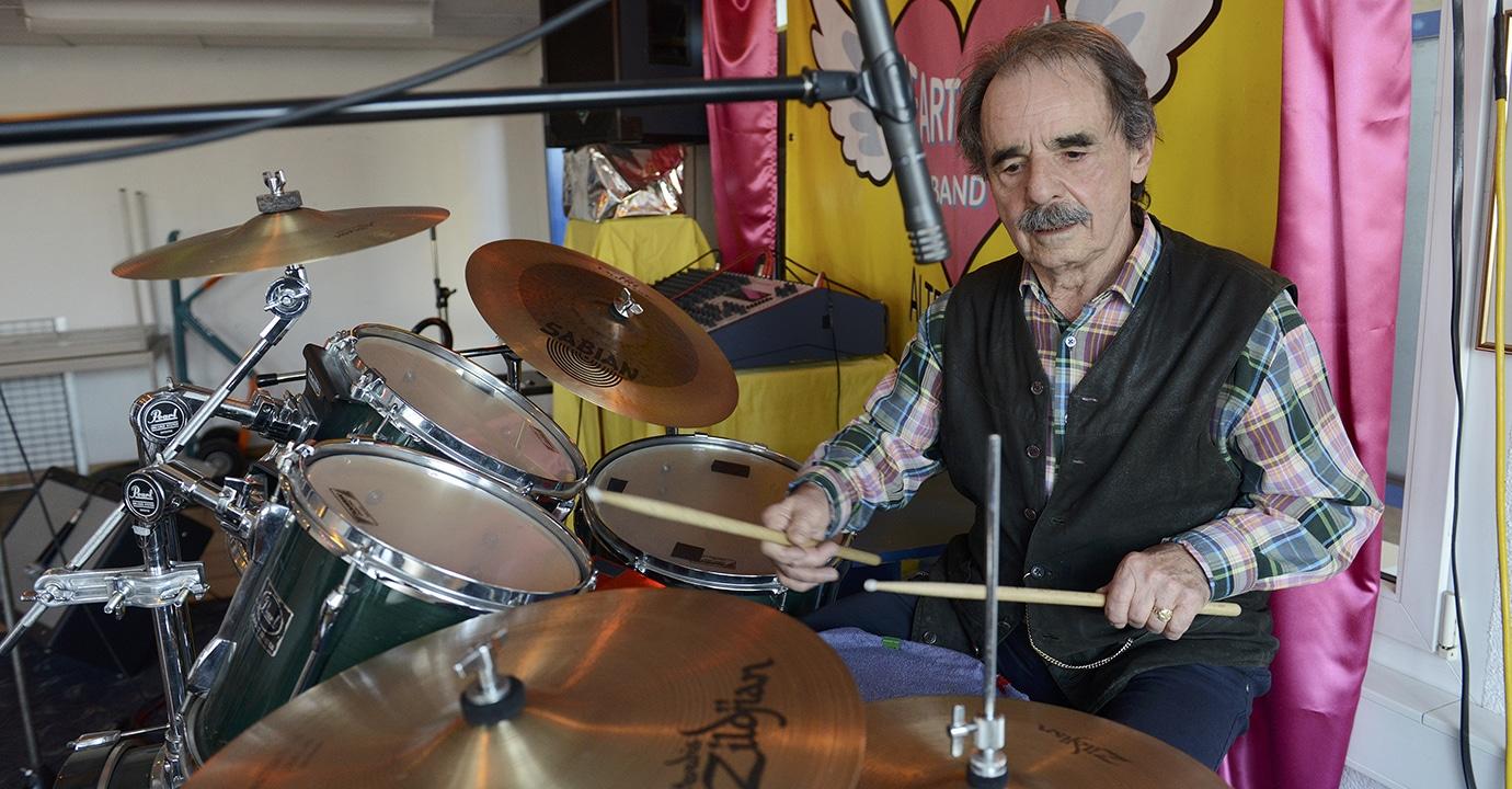 Selbstbestimmung am Lebensende Frank Koch am Schlagzeug