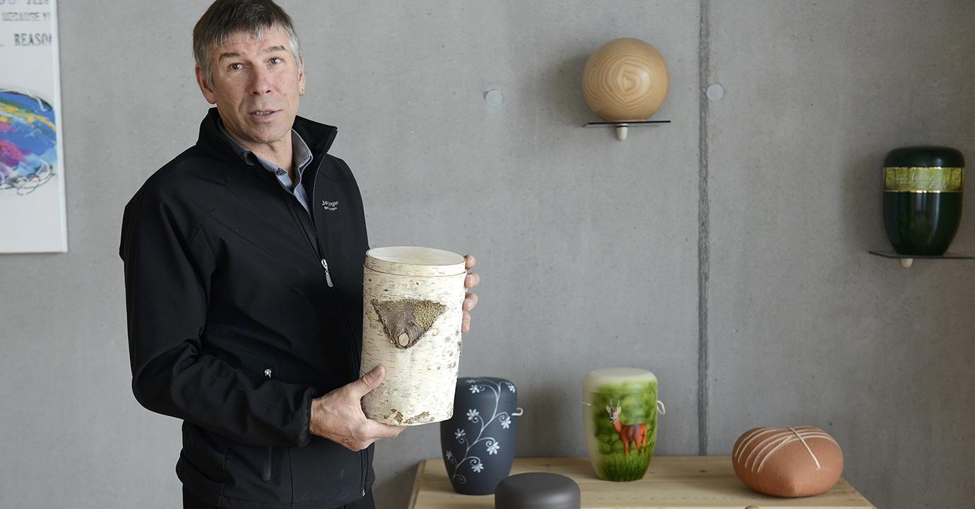 Bestatter Peter Junginger mit Urne aus Birkenholz